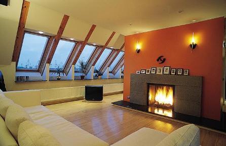 комната со скошенным потолком